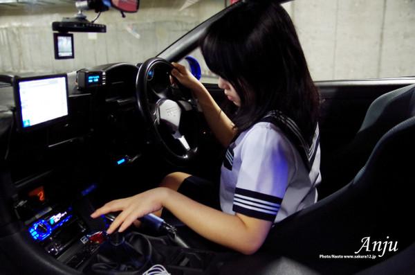 車を運転する女子高生
