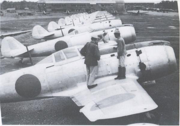 中島飛行機宇都宮製作所に並ぶ四式戦「疾風」